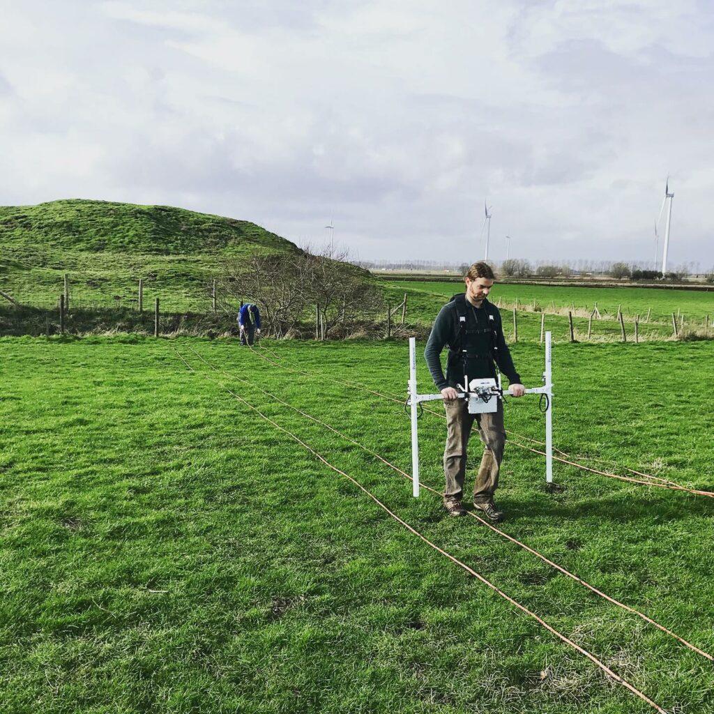 Archeologisch onderzoek aan de Singelberg met een bodemscanner (magnetometer), een niet-destructieve methode om ondergrondse sporen aan te treffen.
