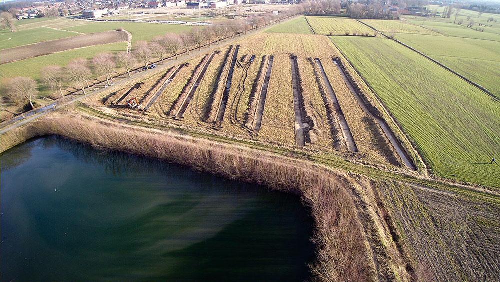 Een dronefoto van proefsleuven, een archeologisch onderzoek dat dient uitgevoerd te worden door erkende archeologen - Erfpunt